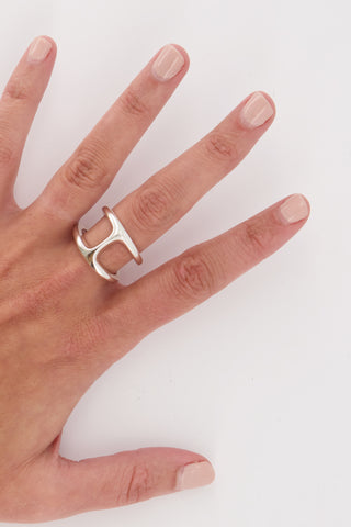 Image of Hoorsenbuhs Dame Phantom Ring on model's hand