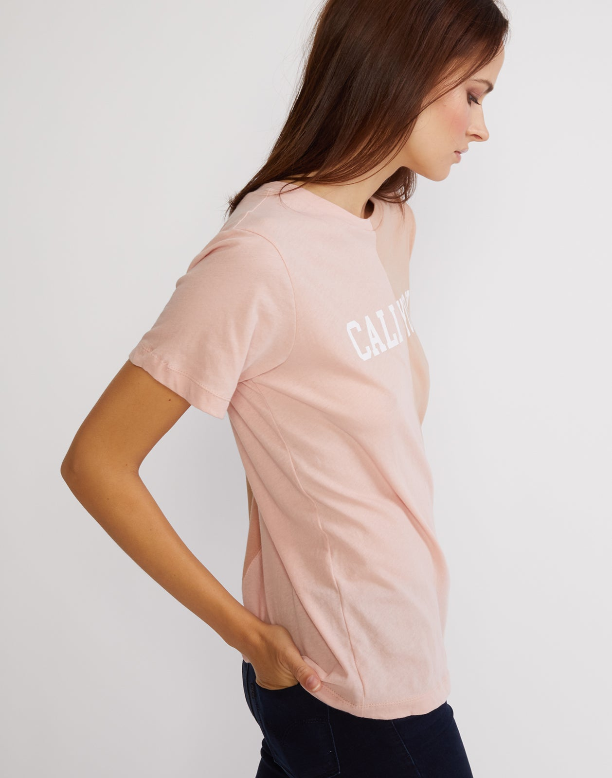 Side view detail of the short sleeved half beige, half pink caliyork tee in soft cotton.