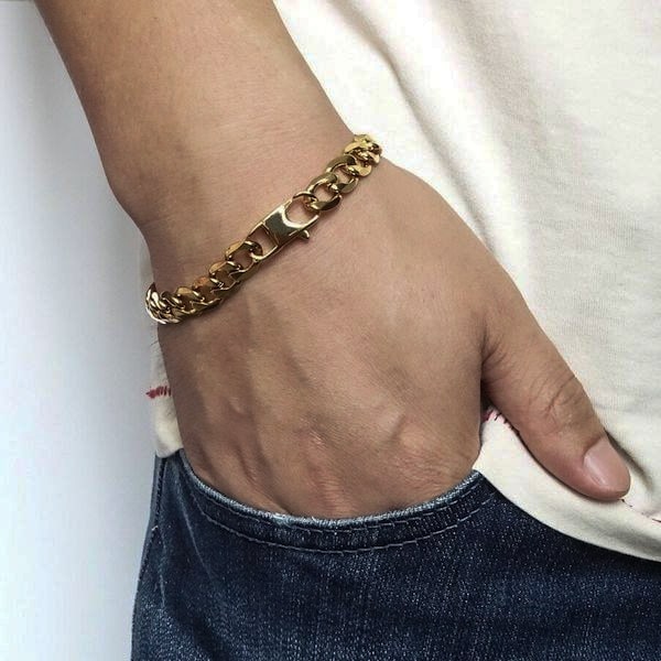 Man wearing a 8mm gold-toned chain bracelet
