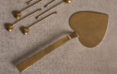 Serve your food with this elegant food server. Available in Gold and Rose Gold Finish.