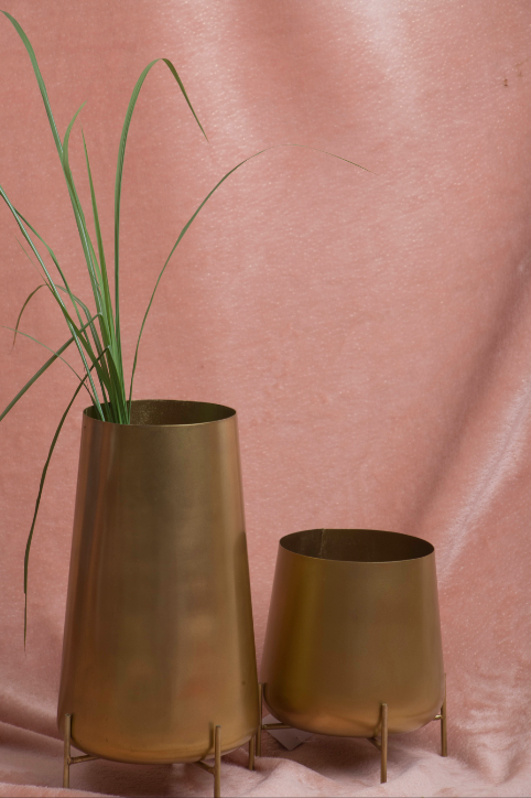 Plants deserved to be kept the best vessels and pots. Our tumbler pots are a perfect example. Stylish and efficient. Made of Brass with a gold finish.