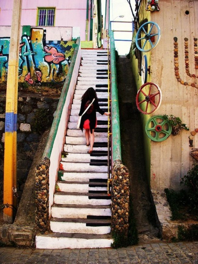 Outdoor concrete staircase that looks like a piano