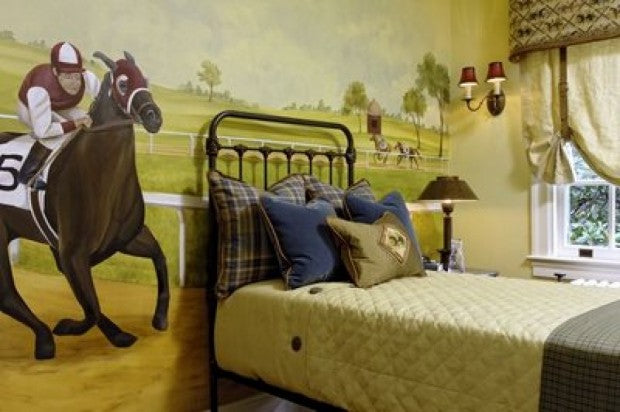 Horse race mural behind a single bed