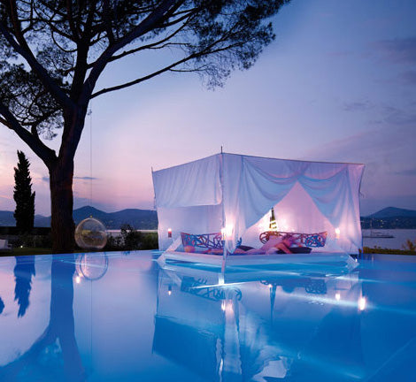 Romantic outdoor four poster daybed by the pool