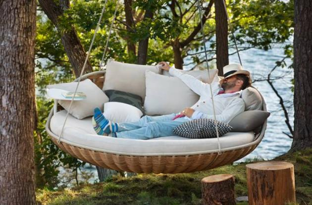 Day bed suspended hammock day bed