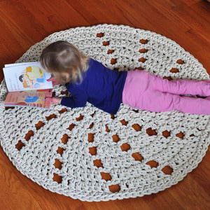Knitted round rug in white