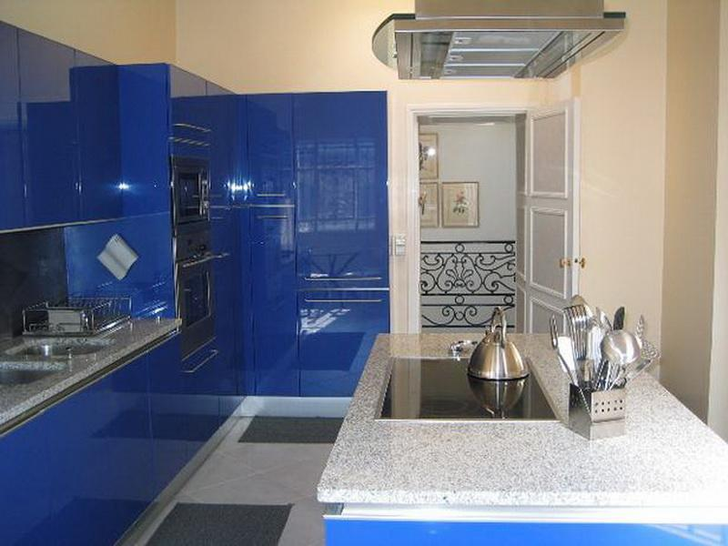 Kitchen with dark blue kitchen units and cream walls