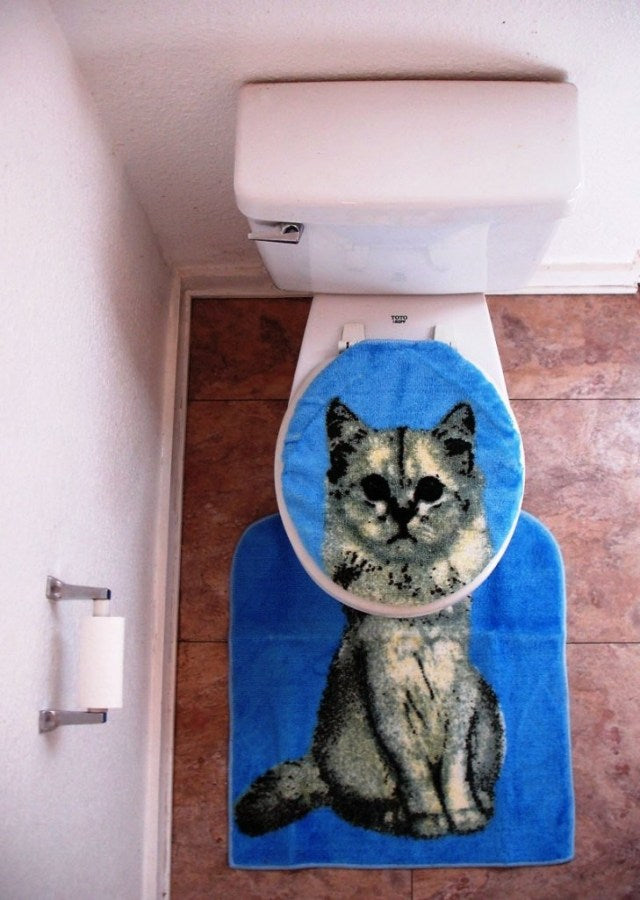 Toilet seat cover and toilet mat that when seen from above look like a cats head and body