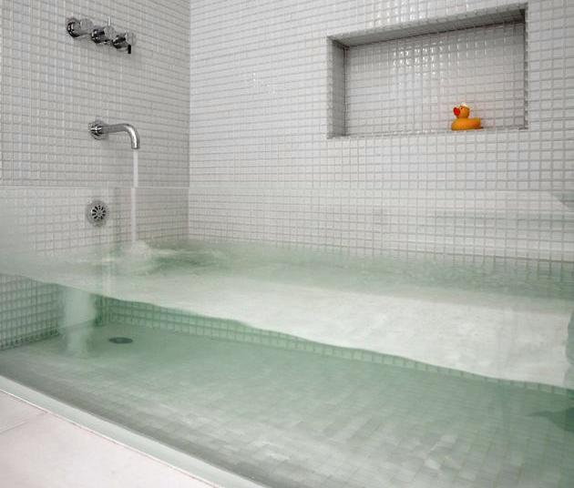 Bubble bath with a glass side, to see into the tub