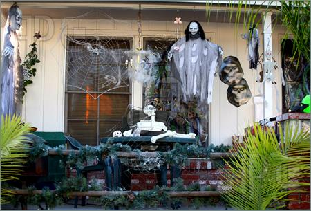 Spooky-Decorated-Porch-129218