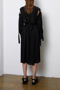 frenkenfashion.com black dress. Detailed with a slit at the shoulders, a belt made of a cotton grosgrain and pockets at the side seam