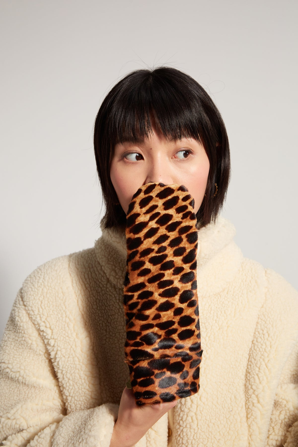 Mittens in leopard printed leather