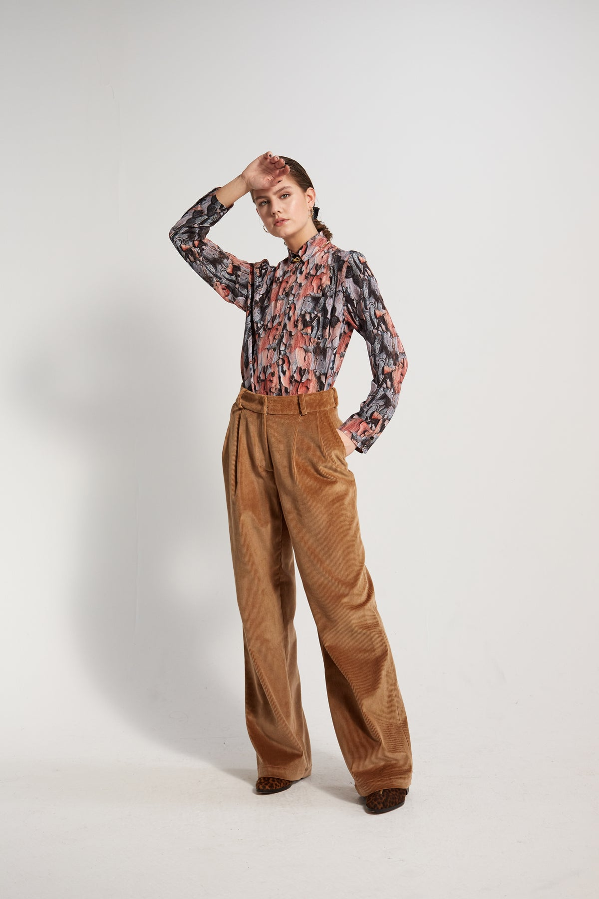 Moor pants in shiny caramel corduroy