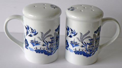 Blue willow design Salt and pepper shakers. Large simple shape willow patten set