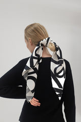 NOVE Seidenschal in dunkelblau mit Print, eco-friendly, fair, made in Europe, women empowerment - the wearness online-shop