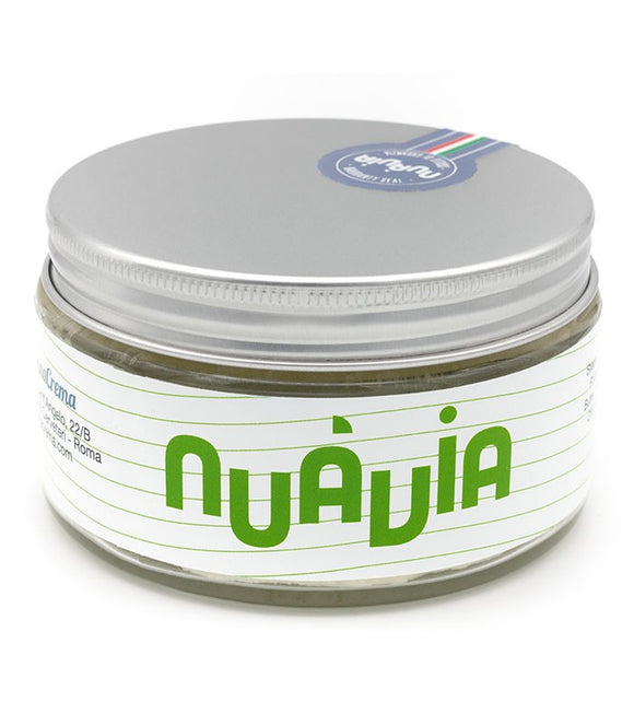 NUÀVIA VERDE     PROMISES  Nuàvia will love your skin before, during and after the shave Nuàvia is made with vegetable oils and it contains a reduced ingredient list Nuàvia is an experience    FRAGRANCE  The fragrance of each Nuàvia has been expressly developed.     Top notes: fresh and aromatic  Grapefruit Bay Leaves Rose