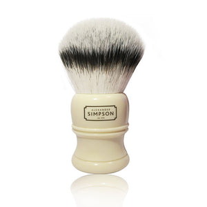 Simpson Trafalgar T2 shaving brush. Synthetic fiber  The Simpson shaving brush Trafalgar T2 is the latest captivating proposal created by the Simpson Brush Factory. Superbly turned handle and top quality synthetic fiber tuft. The generous dimensions make Trafalgar T2 shaving brush an object of unquestionable value and interest. An absolute quality / price ratio for one of the most important brands in the world shaving sector.