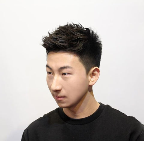 Man with 1b hairstyle.s Straight hair with moderate thickness.