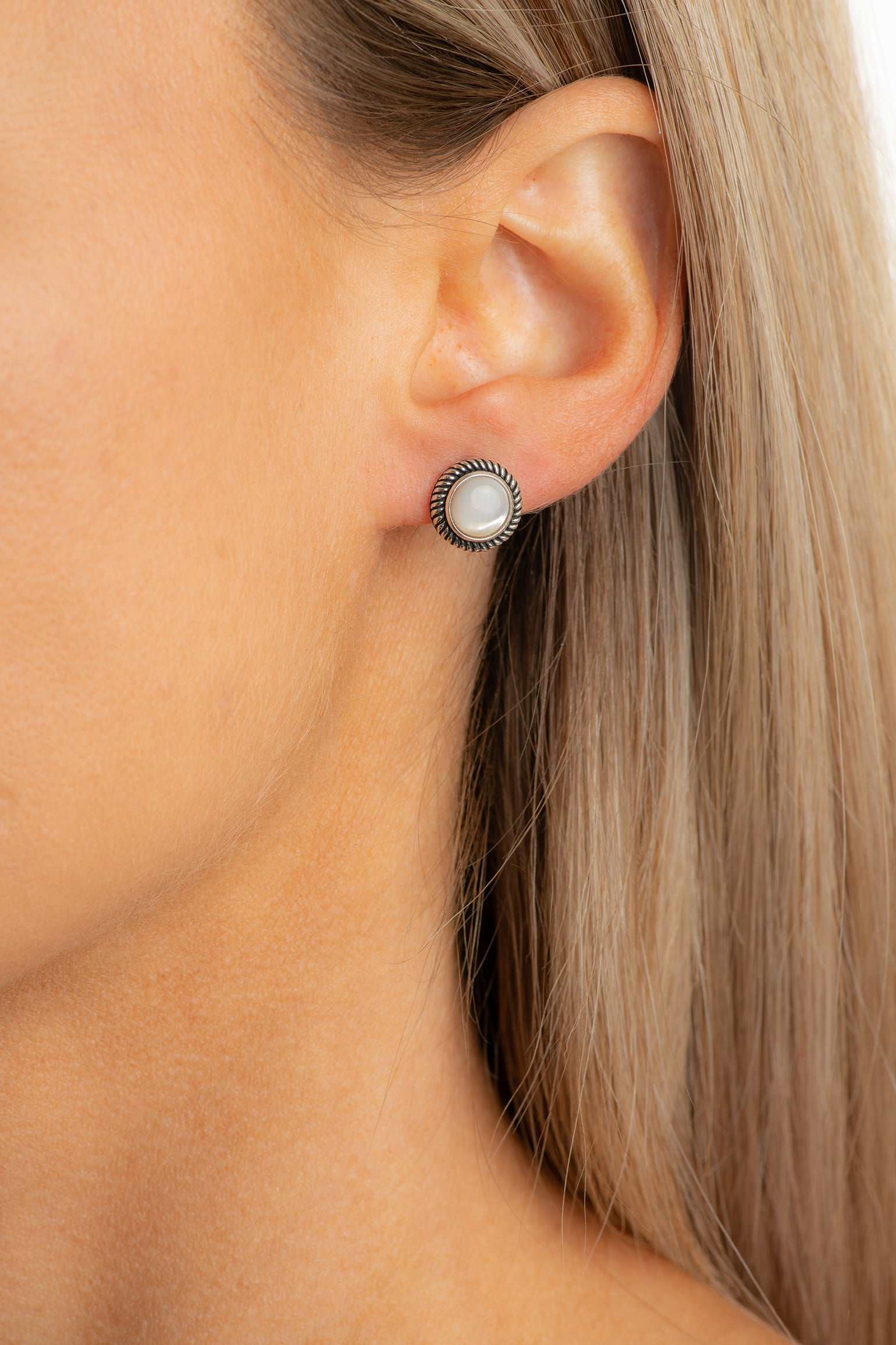Sterling silver round earrings with mother of pearl