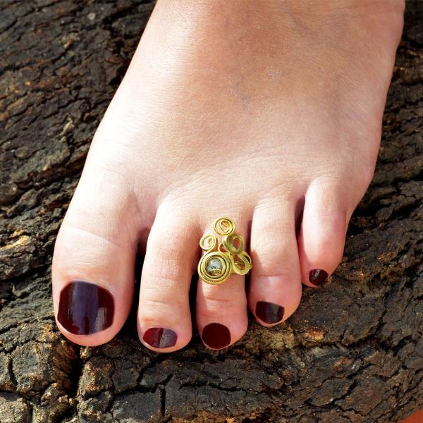 Gold toe ring with stone