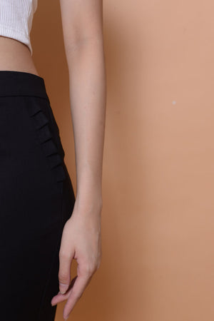 Collection-Ruffle pocket trousers in black