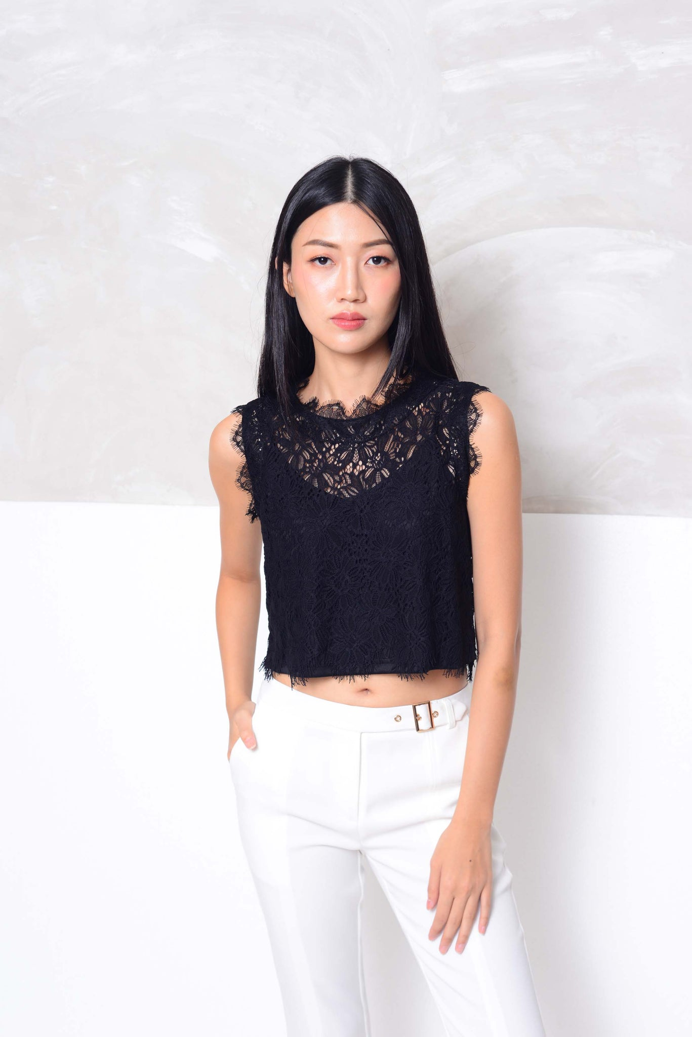 Casual-Slvless lace crop top in black