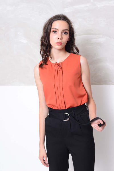 Casual-Slvless design blouse in red
