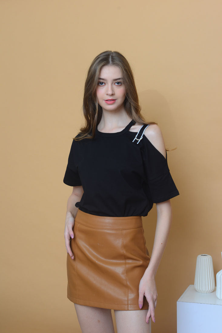 Casual - Cut Out Shoulder Tee in Black