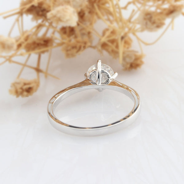 4 Prongs Solitaire Round Cut 0.8ct Esdomera Moissanite Engagement Ring