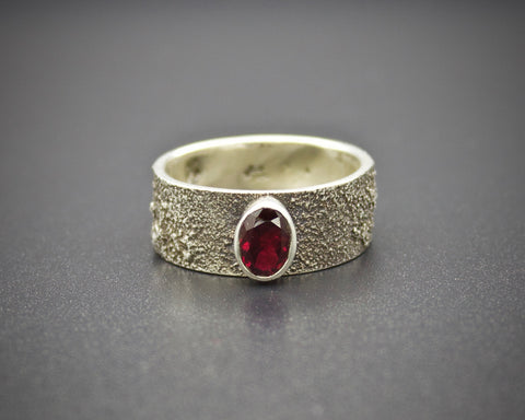 Moondust in Argentium with Garnet: Size 8
