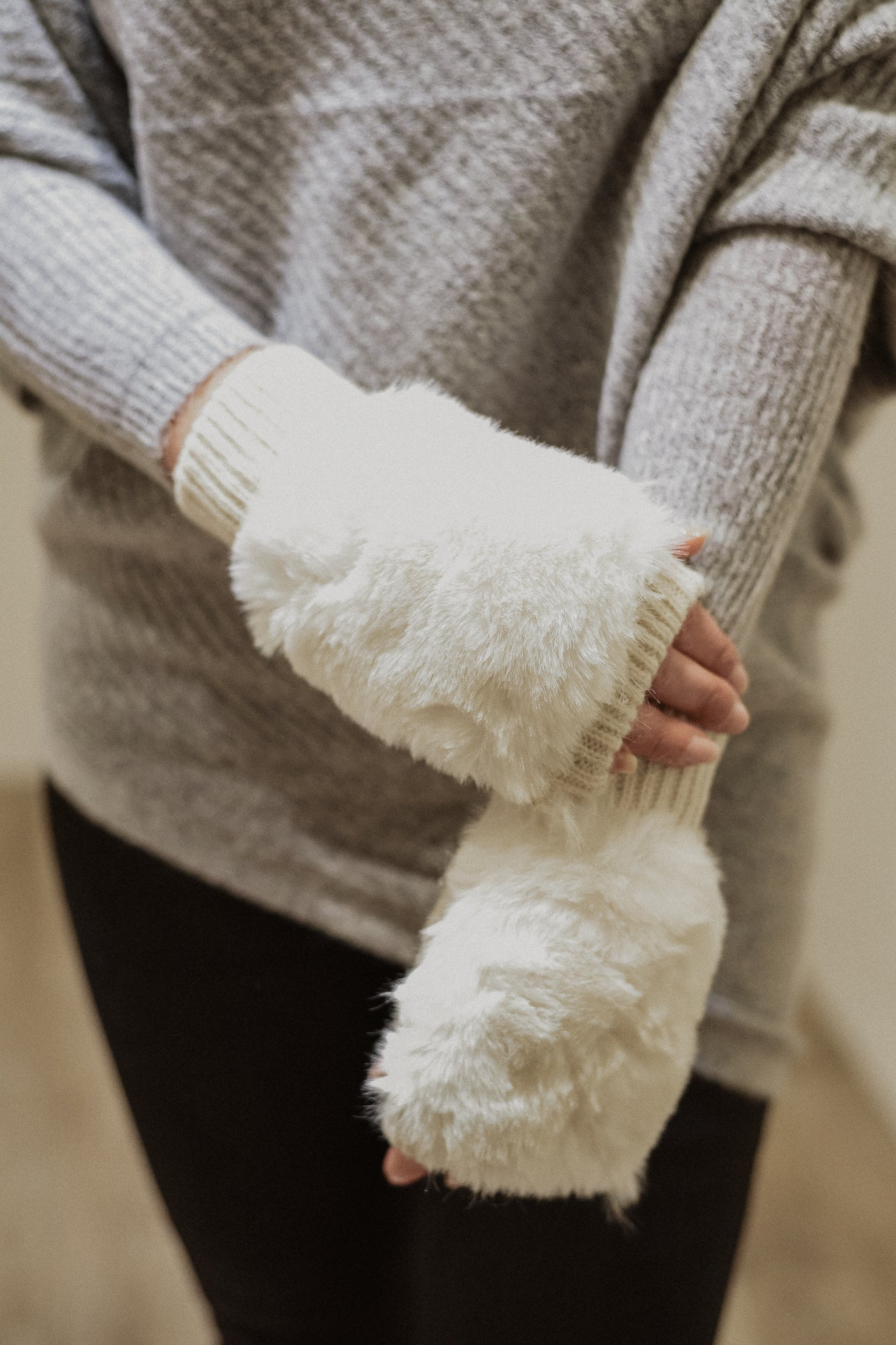 •sold out• Fur The Win Fingerless Gloves in Ivory