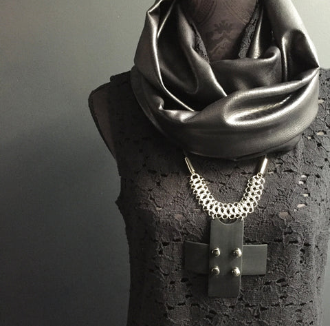 Statement necklace in black rubber, studs and chain