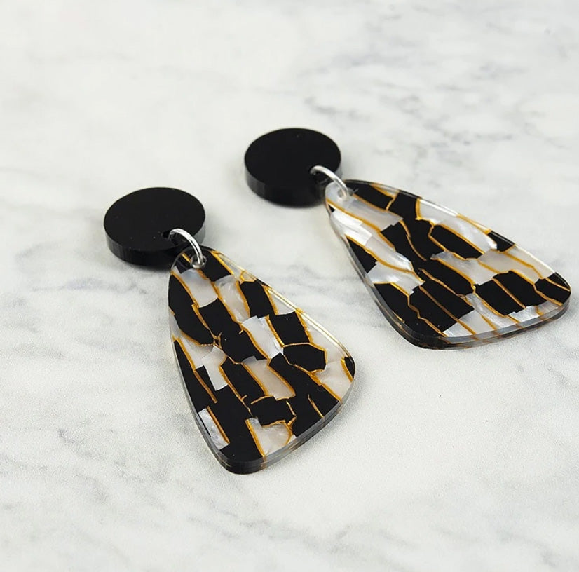 Drop earrings in black and gold tiger