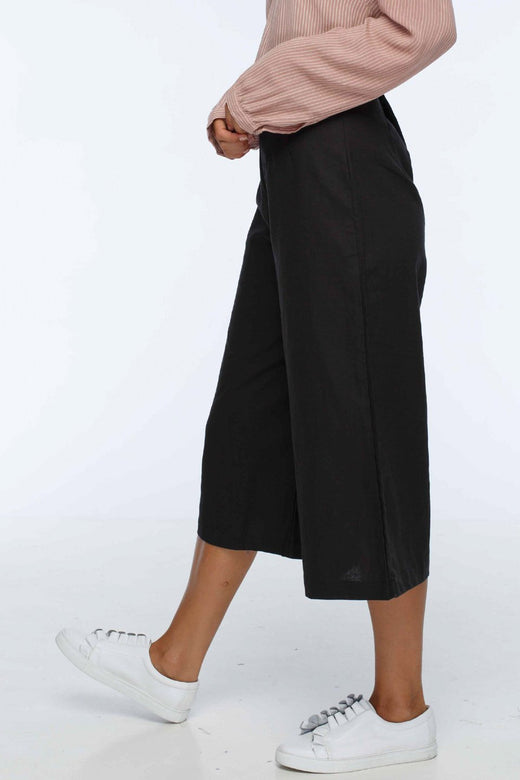 In Charge Side Button Black Culottes