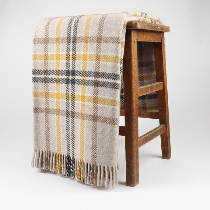 Rannoch has a classic twill design which is woven with a melange lambswool yarn. Its chunky texture adds to the throws soft, luxurious handle.