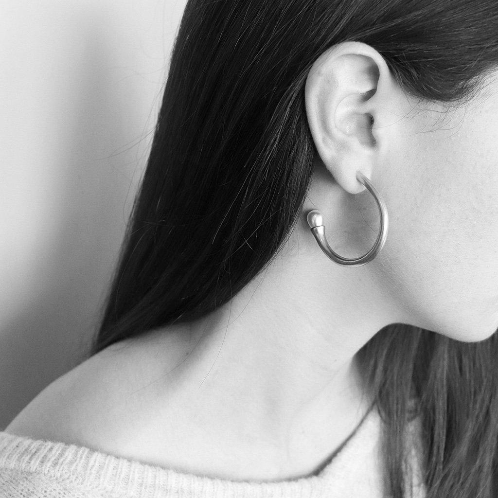 CAIETA SHELL BASED PEARL SILVER HOOP EARRINGS