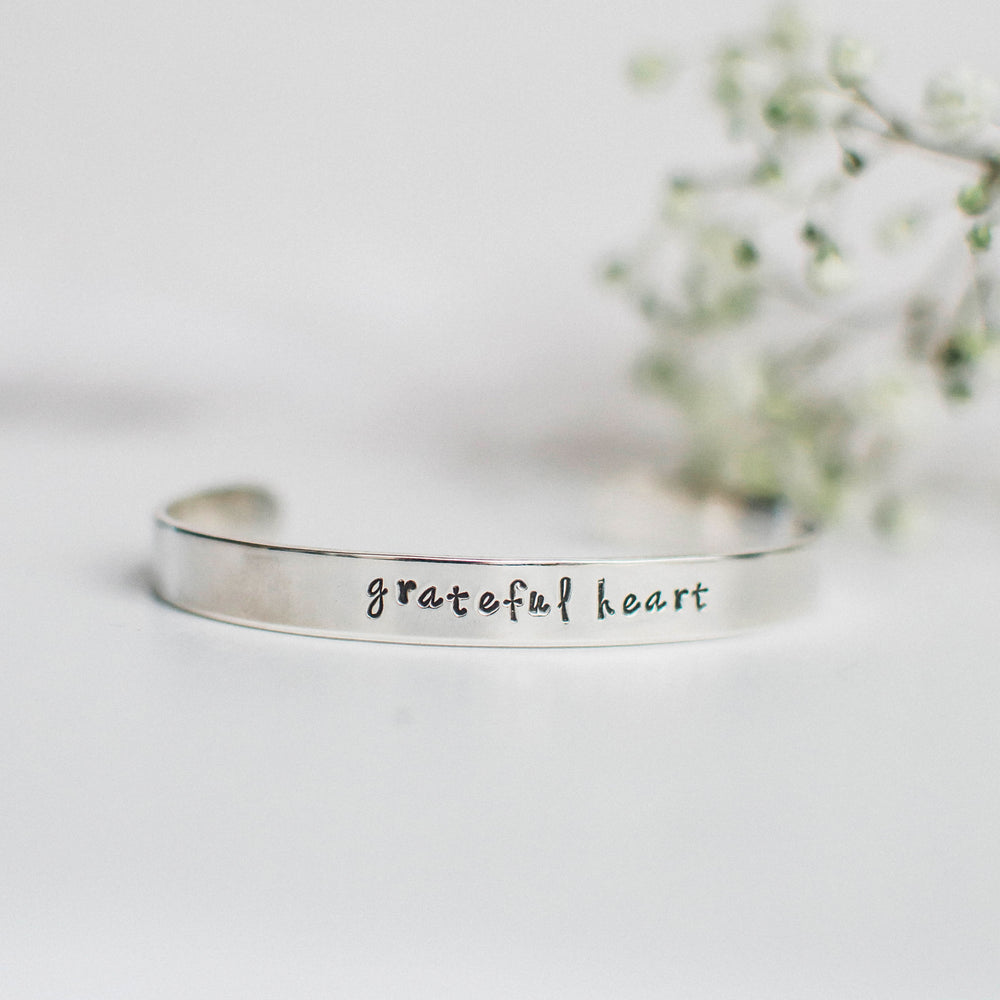 "Pulsera ancha grabada ""Grateful Heart"""