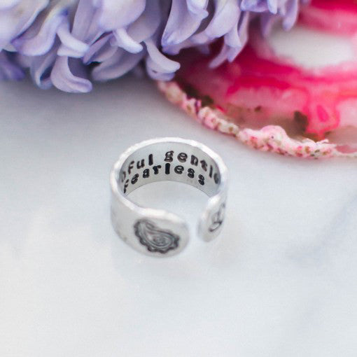"Anillo ancho grabado ""truthful gentle & fearless"""