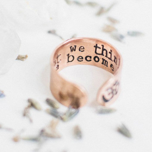 "Anillo ancho grabado ""what we think we become"""