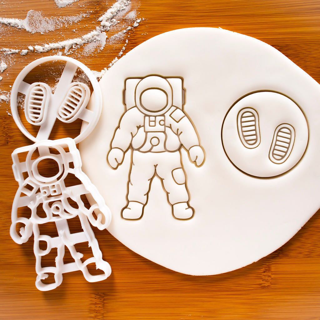 Set of 2 cookie cutters - Astronaut Footprints and Space Astronaut