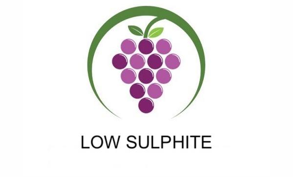Low Sulphite wine bunch of grapes with green surround logo denoting Sybarite Cellars wine with low and/or no Sulphite.