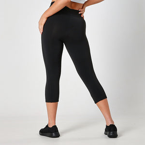 JET BLACK 3/4 JUST STRONG CAPRI