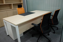 Free Standing Desk with Sq5 Leg