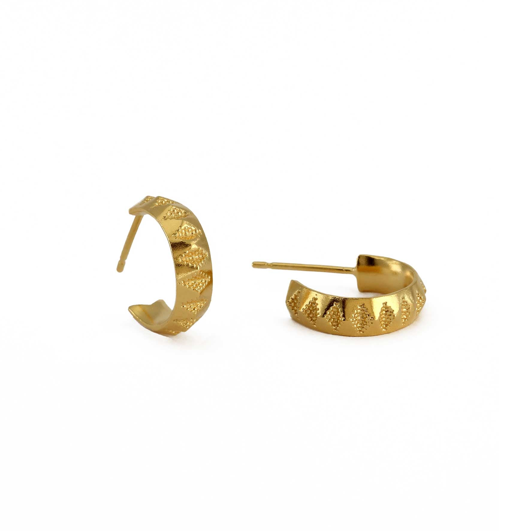 Diamond imprint pattern on yellow gold hoop earrings