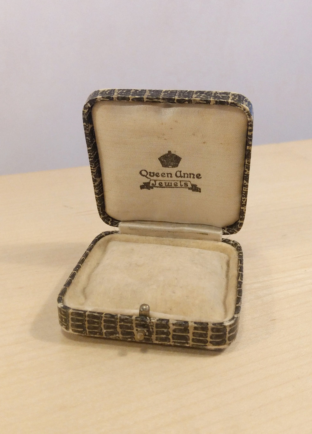 1900s victorian square jewelry box display