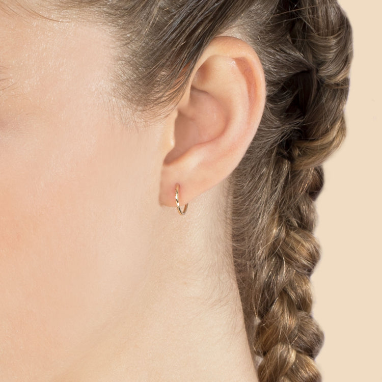 MEDIUM SEAMLESS HOOP EARRING