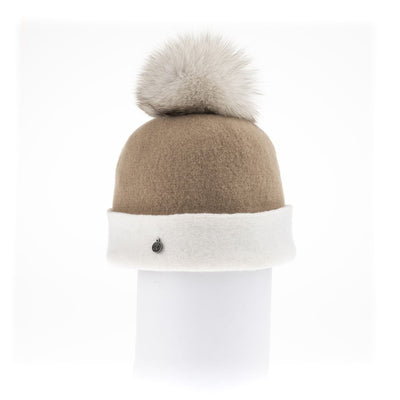 ODETTE ORMOS COLOR BLOCKED BEANIE WITH UPCYCLED FUR POM GOLF  2400 CAMEL-WHITE ONE SIZE