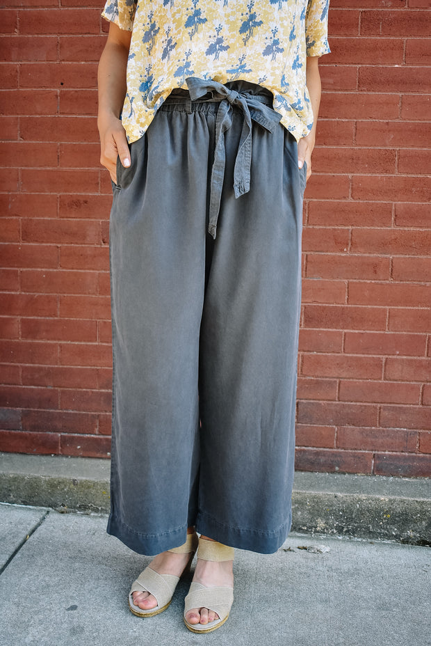 BELTED CAPRI PANTS-CHARCOAL
