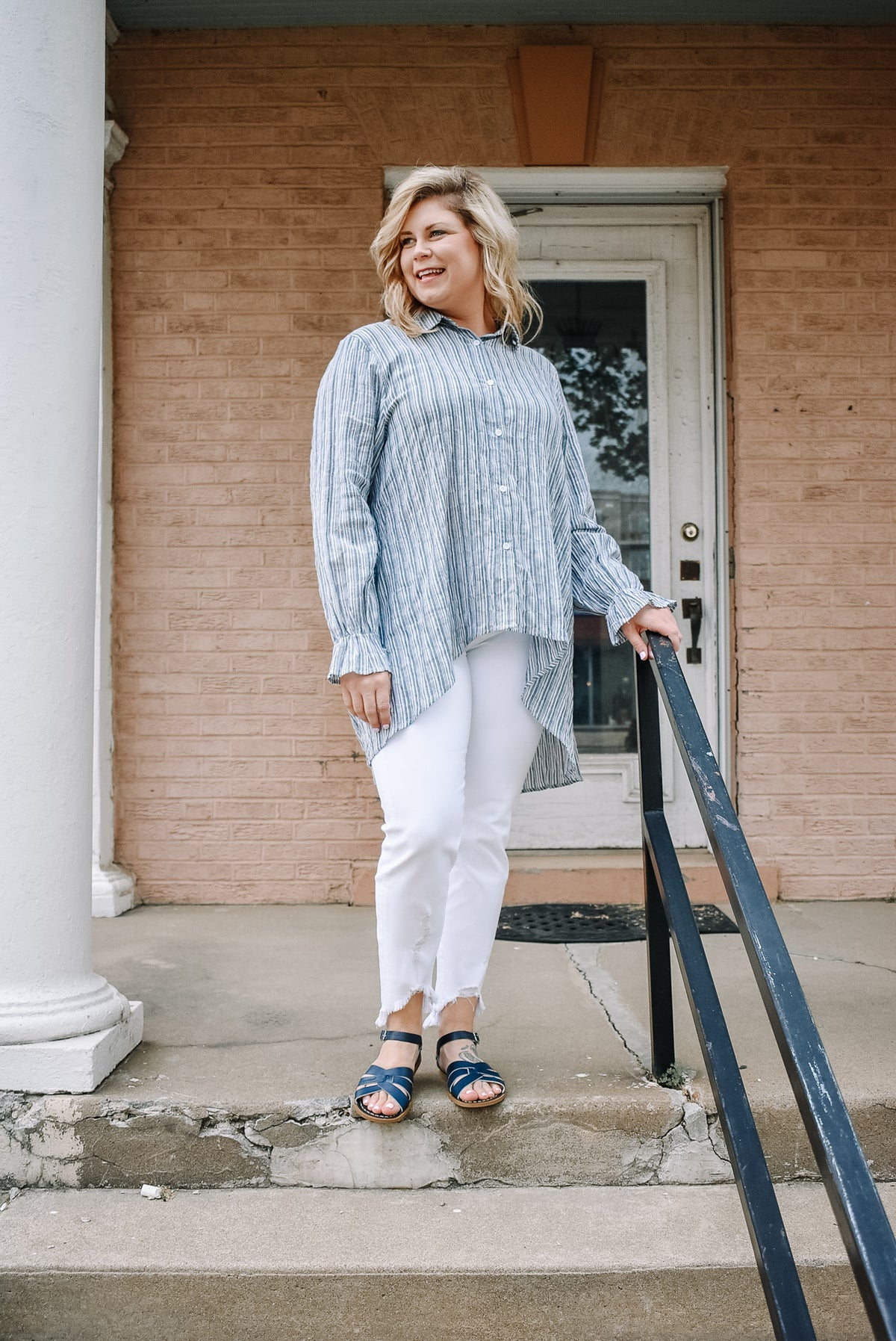 PLUS - STRIPED HIGH-LOW BUTTON-DOWN TOP IN BLUE