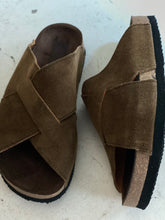 tabacco suede  cross over sandals